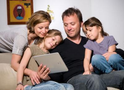 Famille lisant un livre personnalisé sur iPad