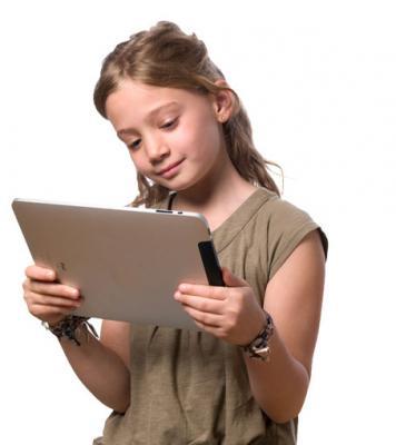 Enfant lisant un conte personnalisé sur ipad