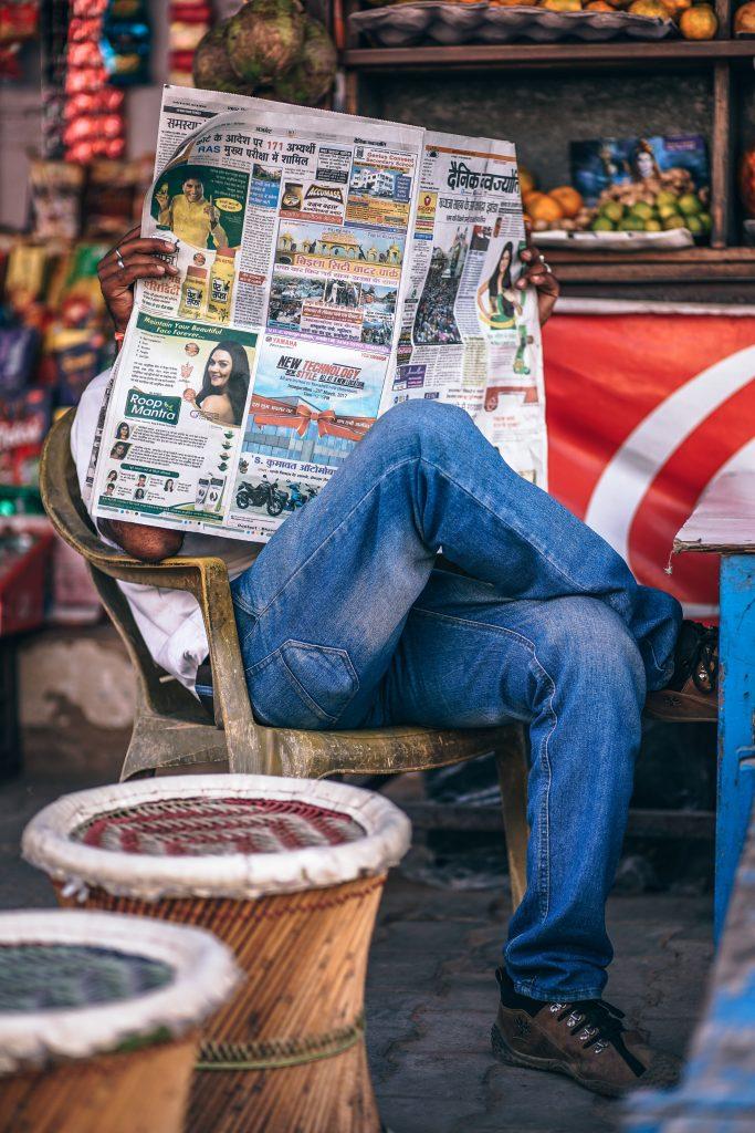 exemples communiqués de presse, homme lisant la presse